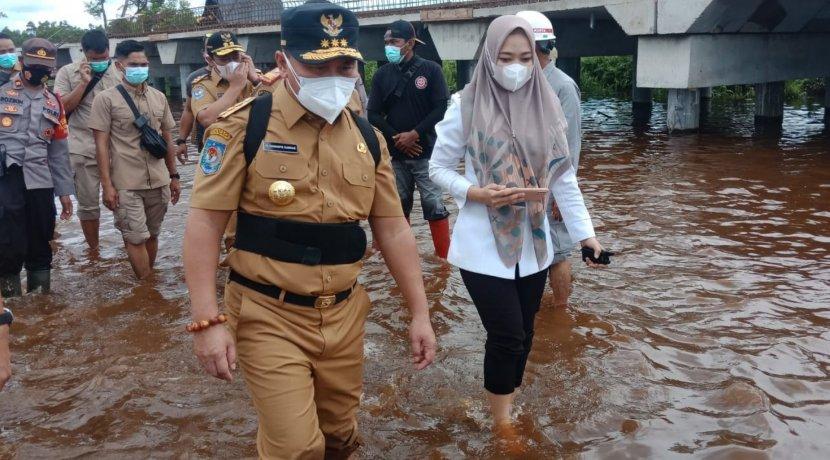 Gubernur Kalteng Tinjau Banjir di Ruas Jalan Bukit Rawi