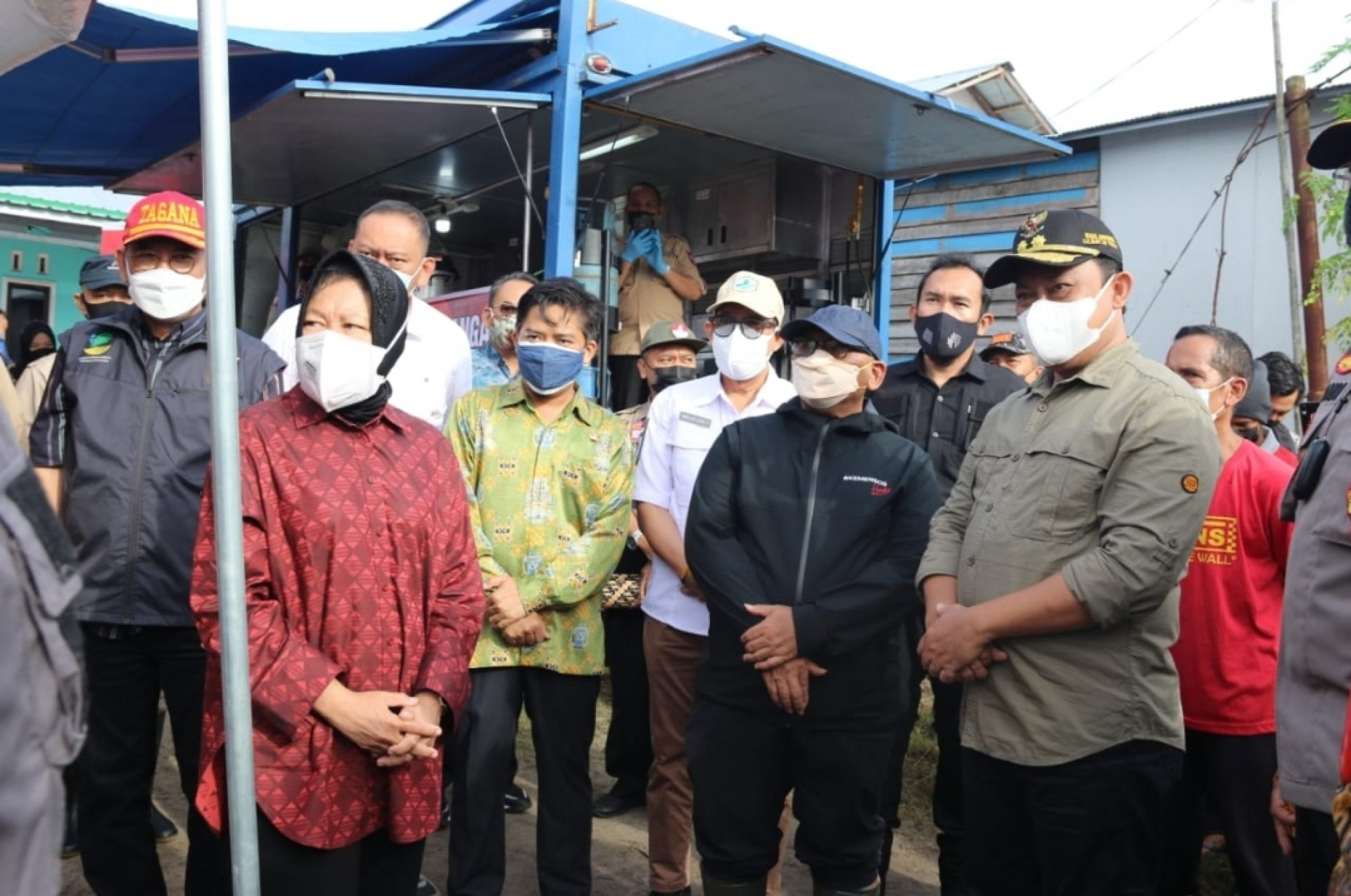 Kunjungan ke Kalteng, Mensos Tri Rismaharini Didampingi Wagub Edy Pratowo Tinjau Lokasi Banjir dan Salurkan Bantuan